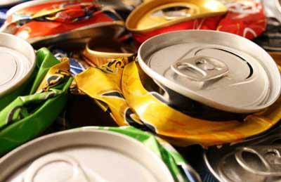 acumulación de basura latas