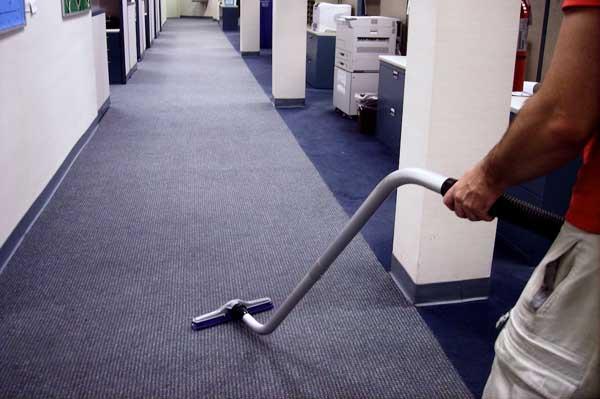 Aspirado de suelo de moqueta de oficinas