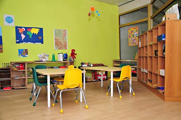 limpieza de mobiliario de aula en guardería