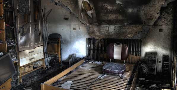 habitación de una casa despues de estar afectada por un incendio