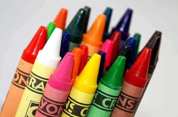 Eliminar manchas de ceras de color en la ropa de los niños