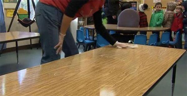 Desinfección de mesas y pupitres en colegios