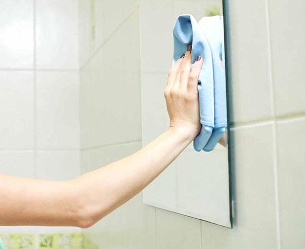 Limpiar el espejo del baño con té