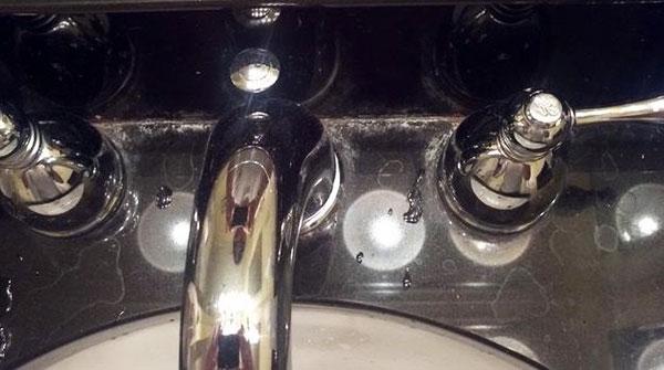limpiar manchas de agua con cal en la grifería