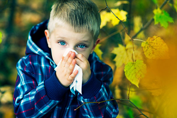 niño que ha sido contagiado por gérmenes en el colegio