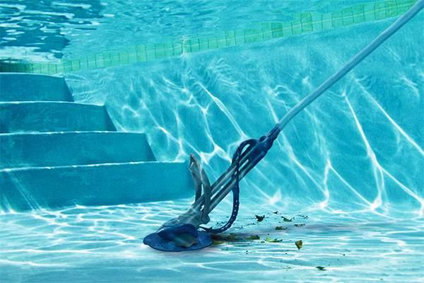 limpiar el fondo de la piscina