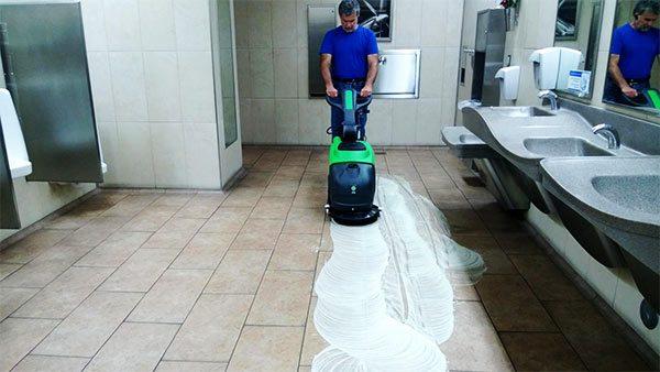 limpieza de baños con maquinaria