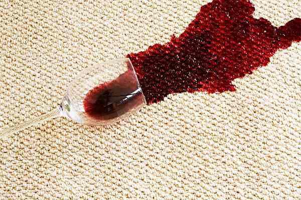mancha de vino tinto en la alfombra