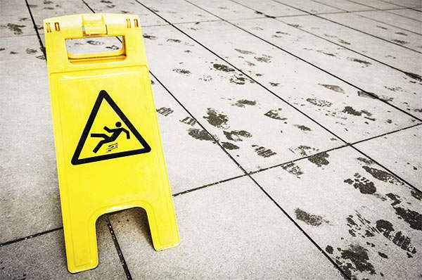 señal de suelo mojado para evitar accidentes