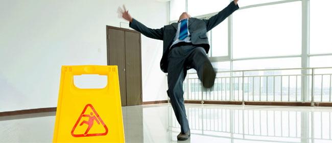 Resbalones y caídas en el trabajo. Adoptar una postura proactiva para prevenir accidentes