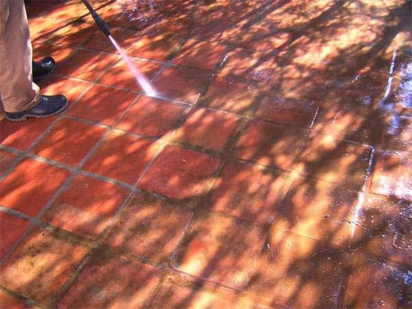 limpieza de suelos de terracota con agua a presión