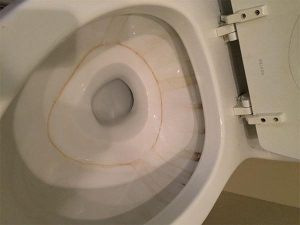 que son las manchas marrones del inodoro