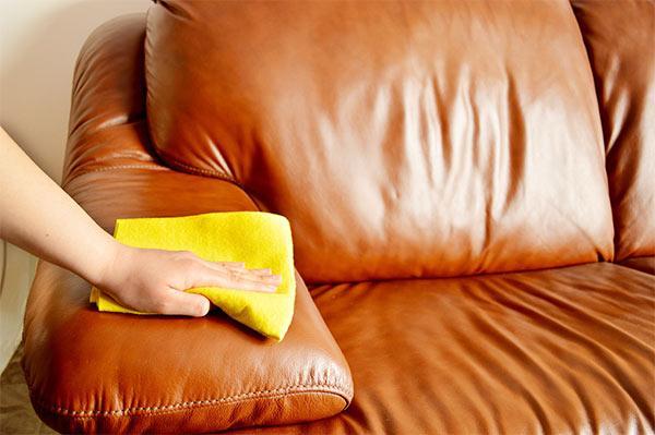 limpiar un sofá de cuero para que brille