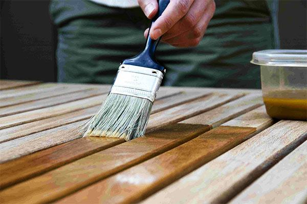 cuidado del mobiliario de jardín de la comunidad