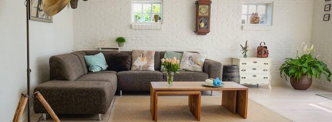 Cómo hacer una limpieza profesional de los sofás de casa