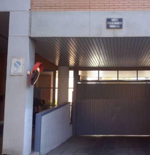 Espejo en la salida de garaje de comunidad en Madrid.