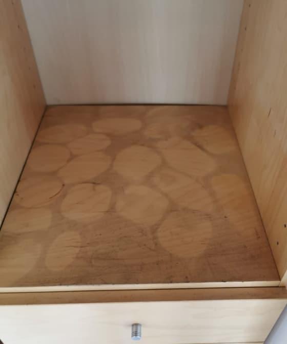 Mueble sucio de hollín causado por un incendio