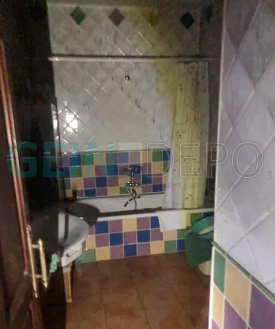 Baño afectado por un incendio antes de la limpieza