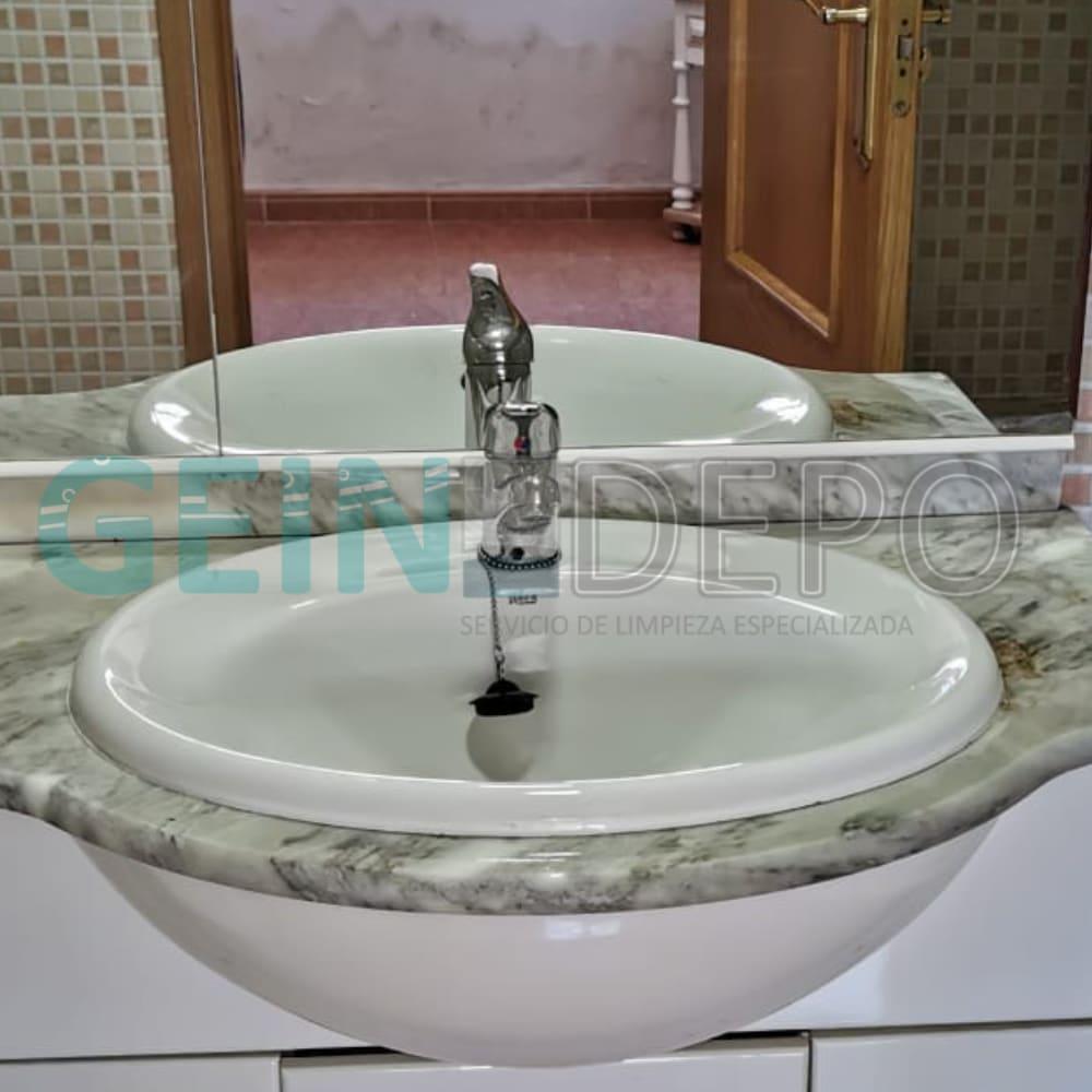 Lavabo en baño después de la limpieza de piso por diógenes