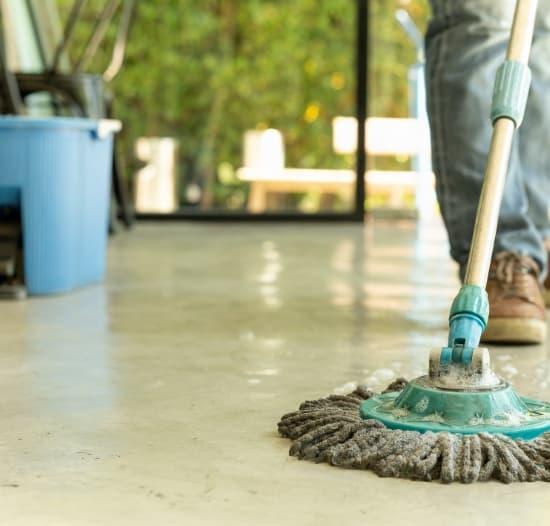 Limpieza del suelo de un local comercial