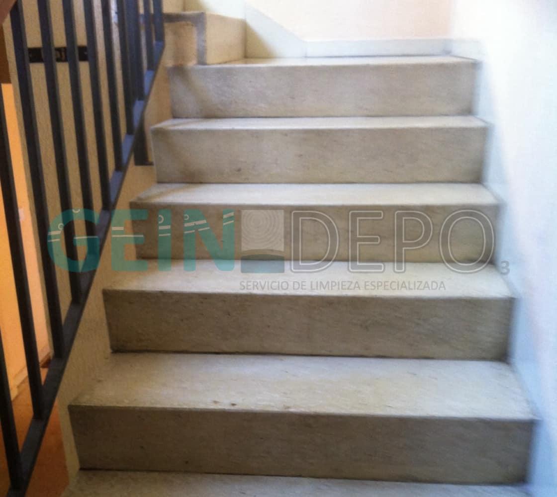 Escaleras de un piso después de limpieza por fallecimiento.