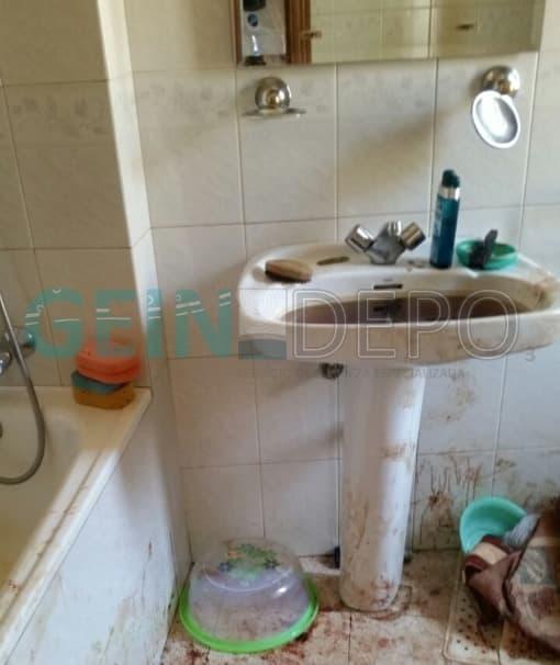 Baño de una casa previo a la limpieza donde ha sucedido una limpieza traumática