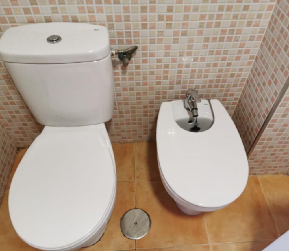 Vaciado y limpieza de baño después del servicio de vaciado de inmuebles
