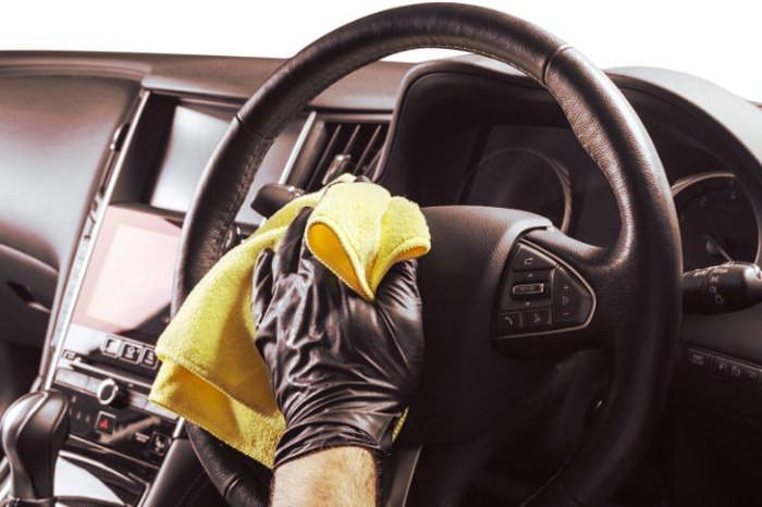 Limpieza y desinfección del volante con guantes