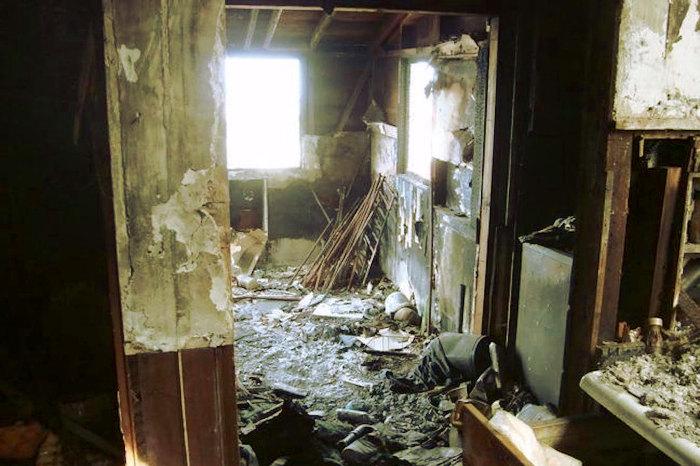 Casa incendiada con olor a quemado