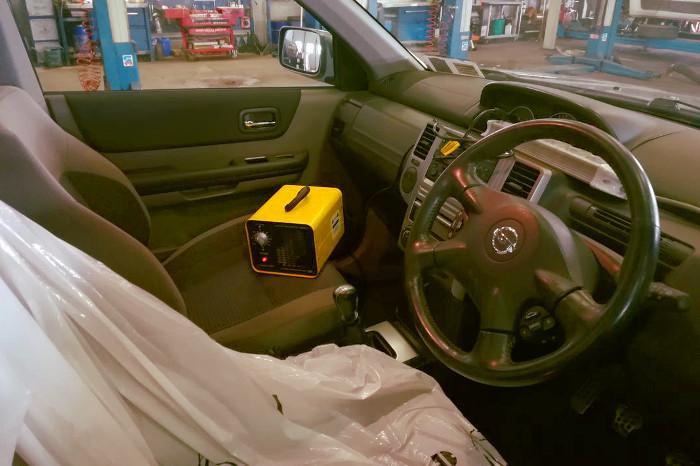 Máquina de ozono desinfectando un coche