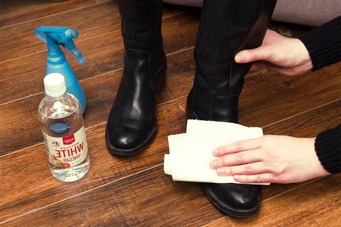 Limpiar y desinfectar el calzado con alcohol