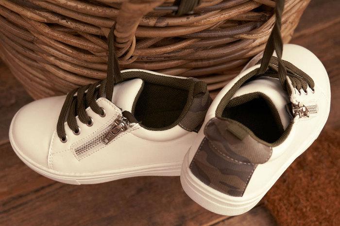 Zapatillas limpias con productos específicos para desinfectar