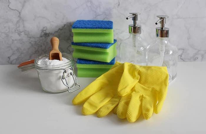Utensilios para limpiar la grasa de una cocina