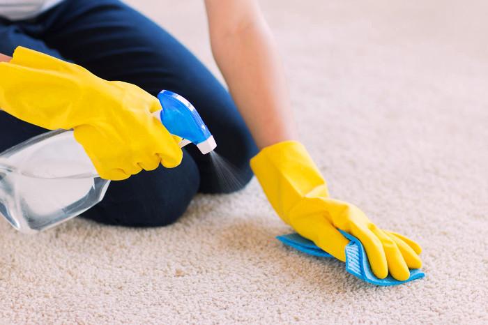 Limpiando la alfombra de casa a mano