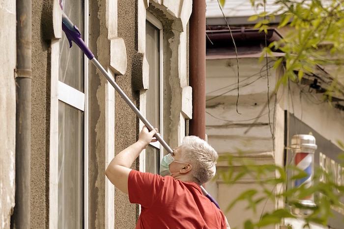 Limpieza de las ventanas de aluminio de un bajo