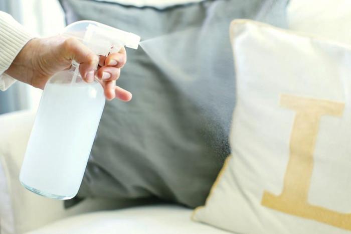 Spray con un desinfectante hecho en casa para la ropa del hogar