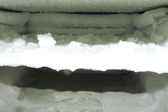 Congelador de una casa sucio con hielo