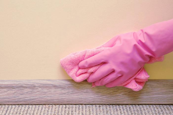Limpieza de una pared pintada de casa