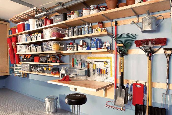 Garaje con soportes para guardar enseres de casa