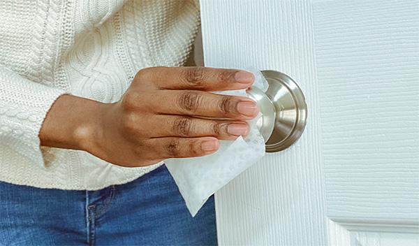 Desinfectar los pomos de las fpuertas con toallitas con alcohol