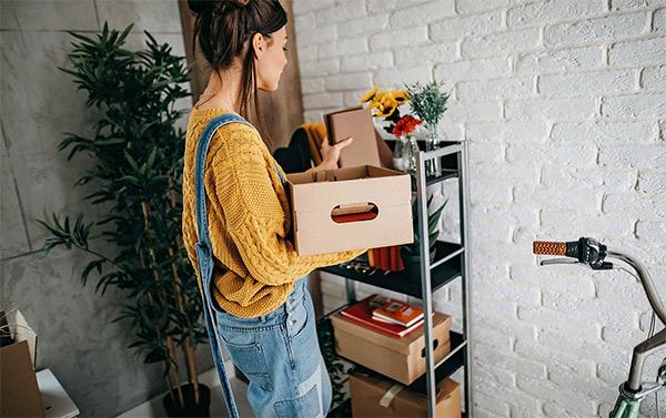 Chica almacenando y ordenando cosas de la casa