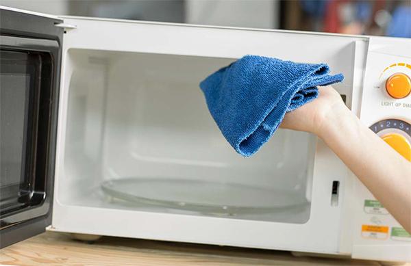 Limpiar el microondas por dentro