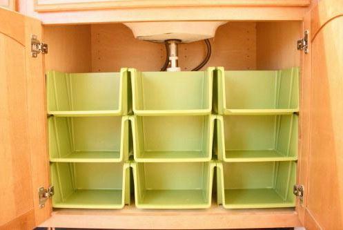 Organizar trapos de limpieza en gabetas dentro del armario